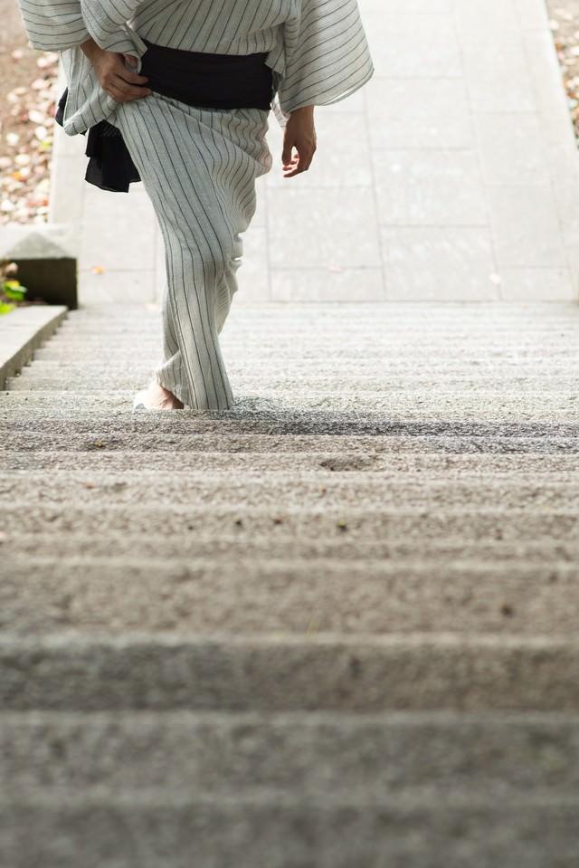 階段を登る浴衣男子の写真