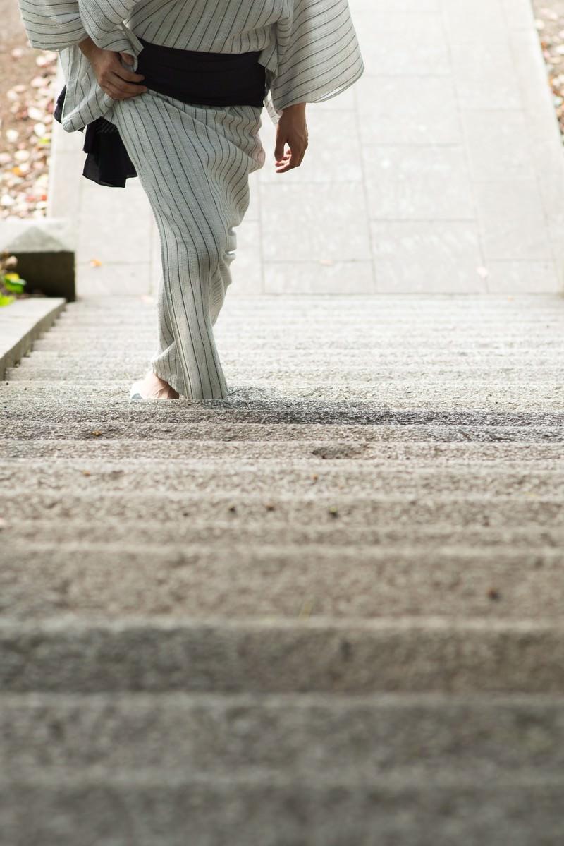 「階段を登る浴衣男子」の写真[モデル:Tsuyoshi.]