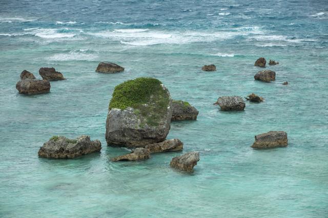 宮古島の海と岩の写真