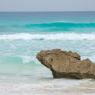 宮古島の海と砂浜の岩の写真