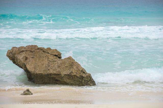 波打ち際と岩の写真