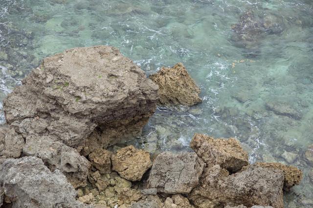 崖下の海の写真