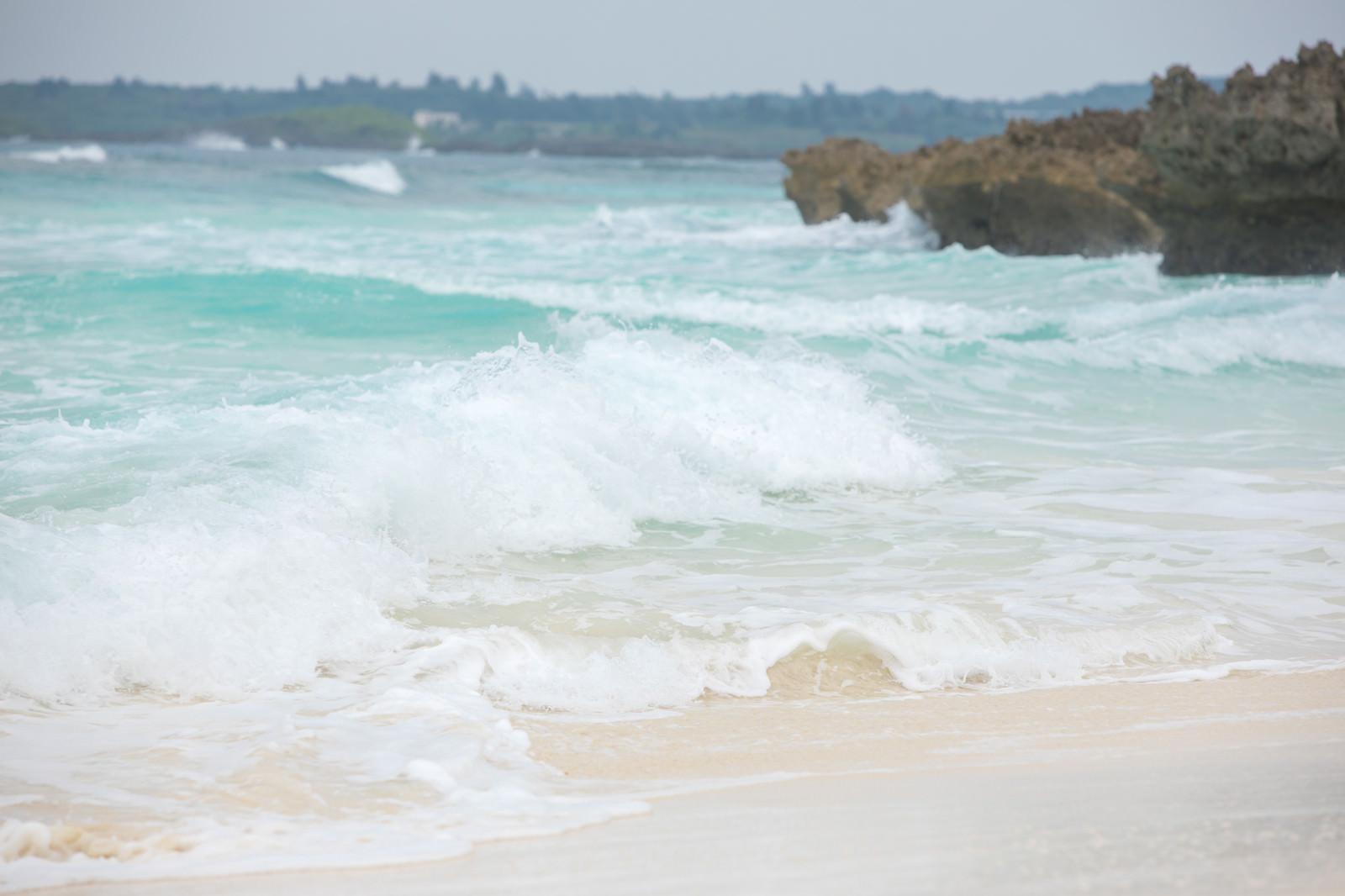 「波が高い宮古島の海」の写真