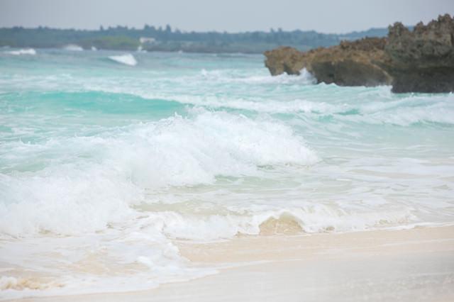 波が高い宮古島の海の写真