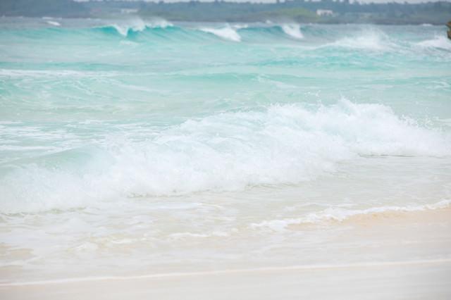 白い砂浜と波打ち際の写真