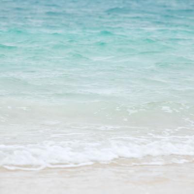 宮古島の美しい海と小さな波の写真