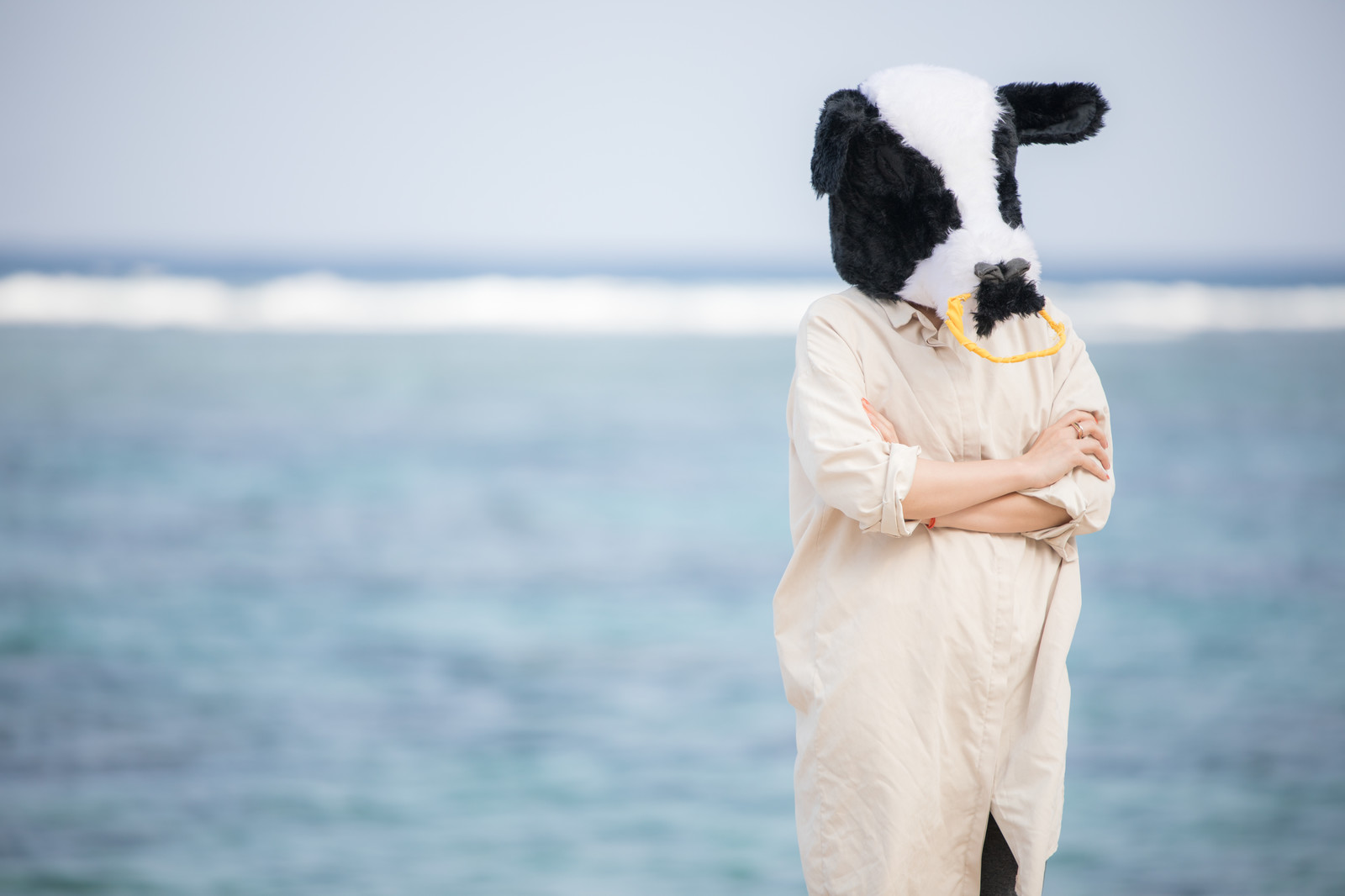 「日焼けを気にする牛女 | 写真の無料素材・フリー素材 - ぱくたそ」の写真[モデル:古性のっち]