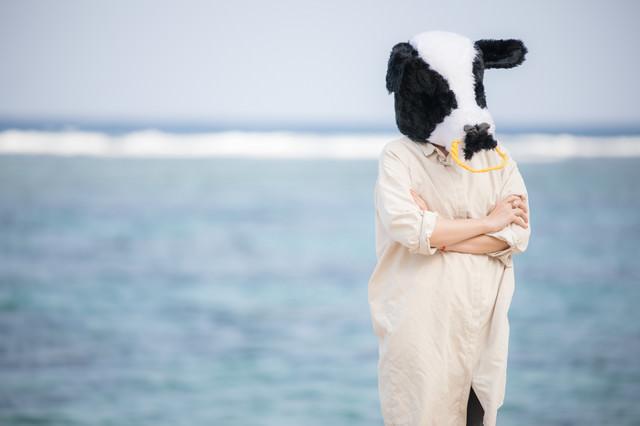 日焼けを気にする牛女の写真