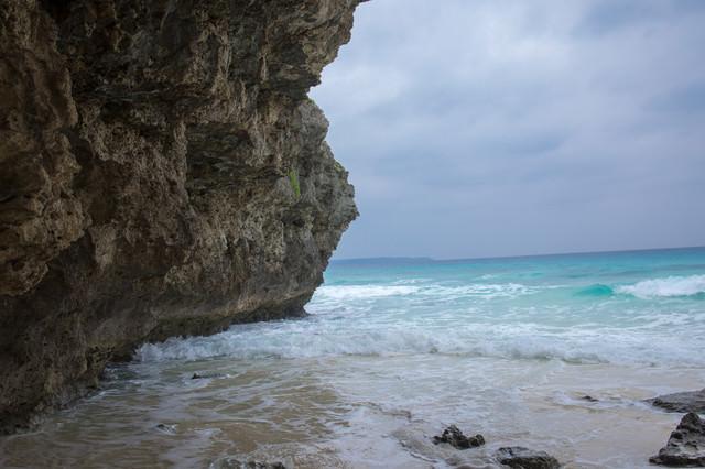 岩場の下の砂浜の写真
