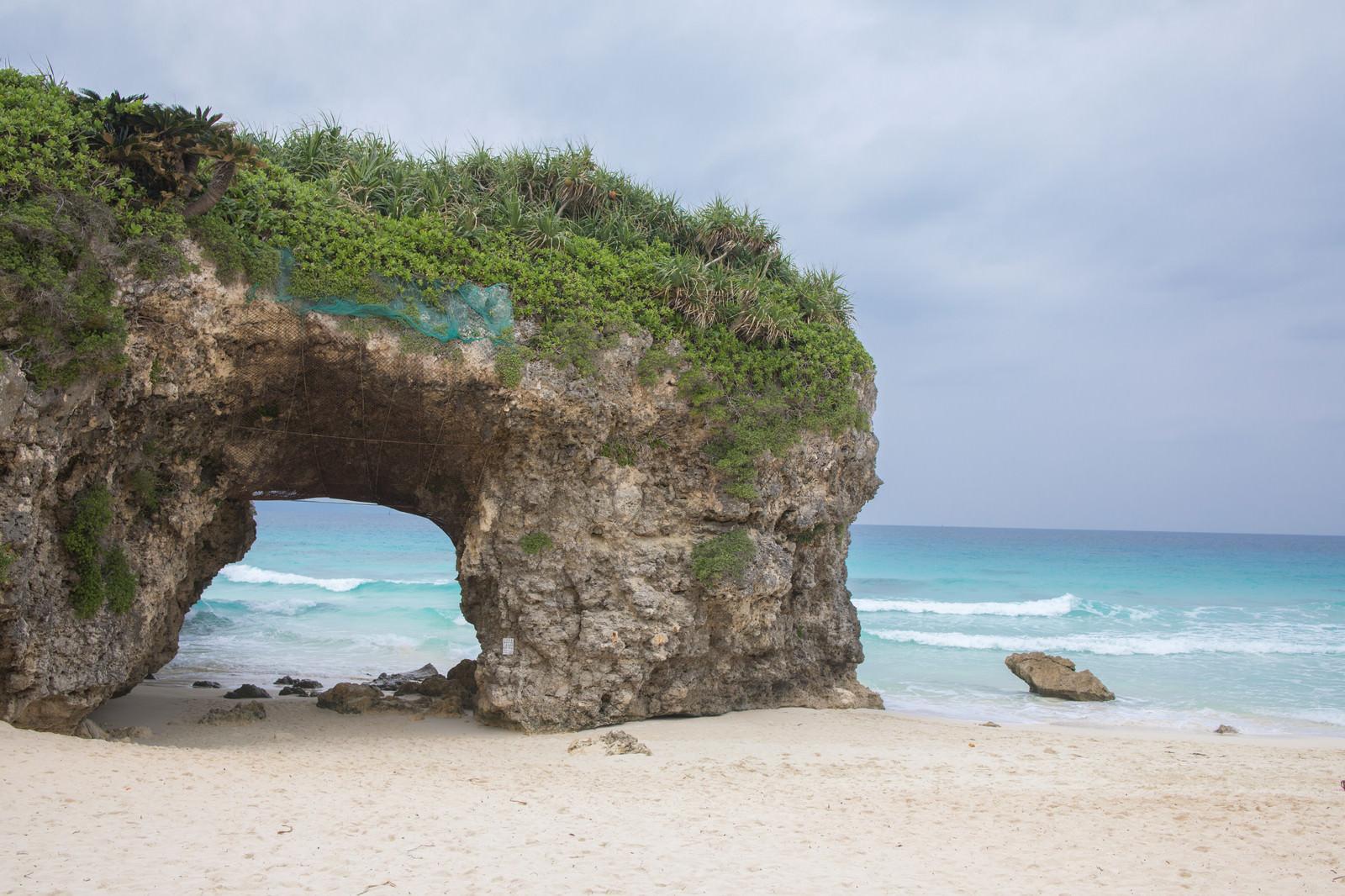 「安全ネットが貼られた砂山ビーチのトンネル」の写真