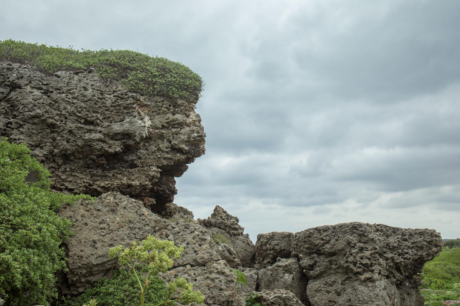 「曇り空と岩場」の写真