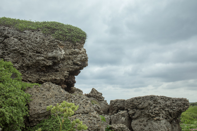 曇り空と岩場の写真