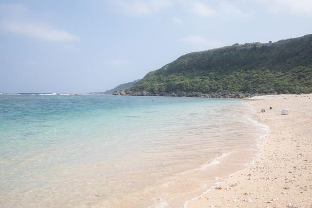 白い砂浜と青いビーチの写真