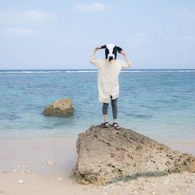 宮古島の透き通る海を見てうかれる牛の彼女の写真