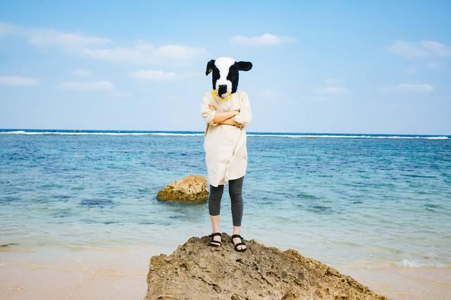「旅行中でも気を抜かない牛女」のフリー写真素材