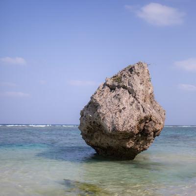 宮古島の海と海岸の岩の写真