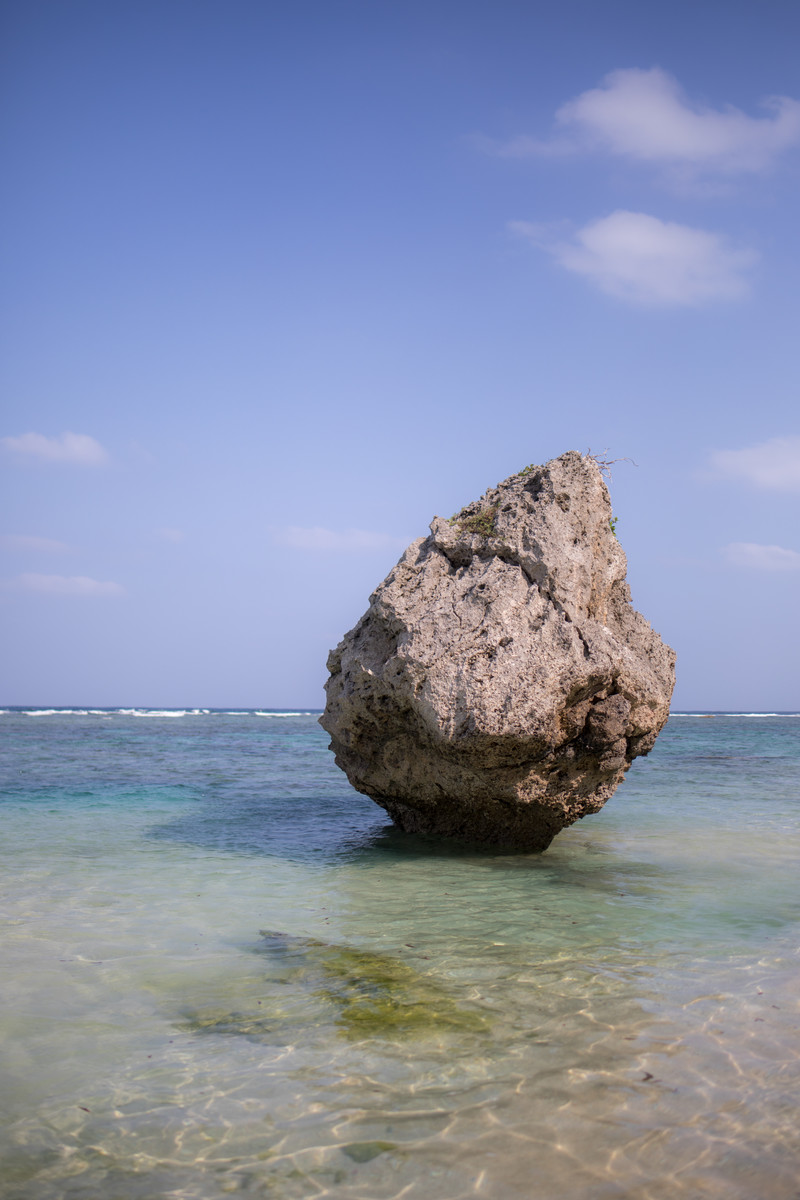 「宮古島の海と海岸の岩」の写真