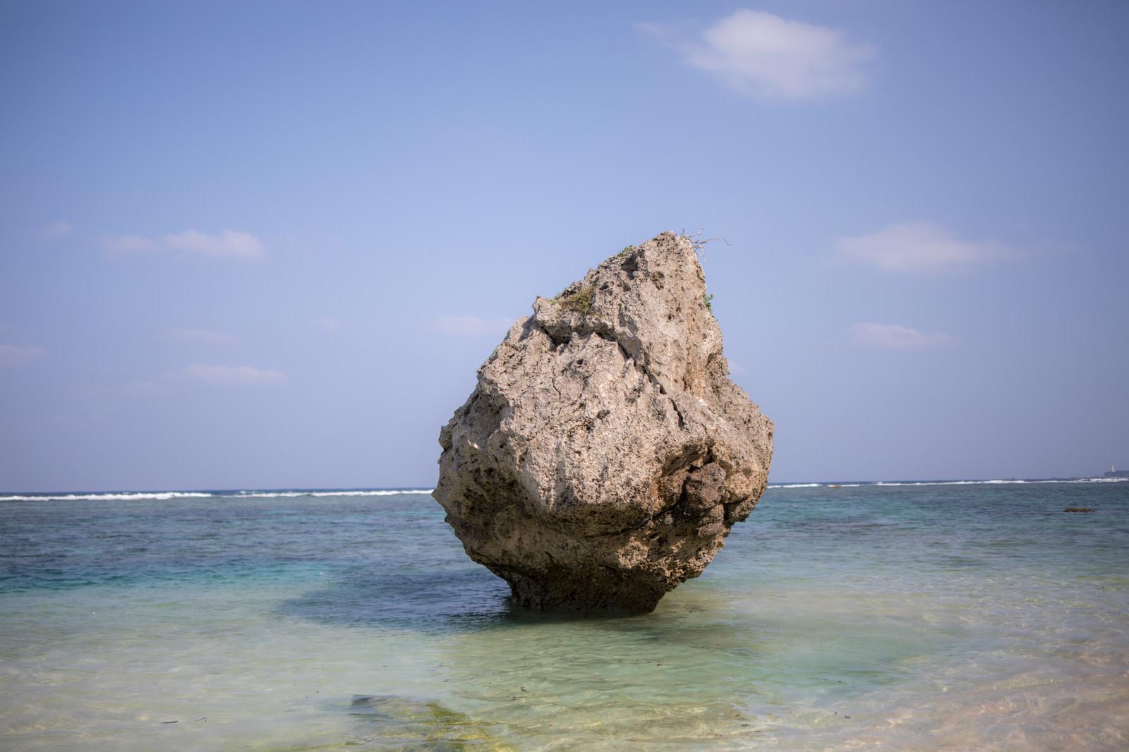 「宮古島の海と巨岩」の写真