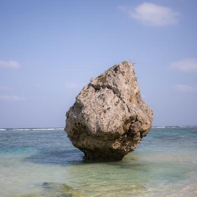 宮古島の海と巨岩の写真