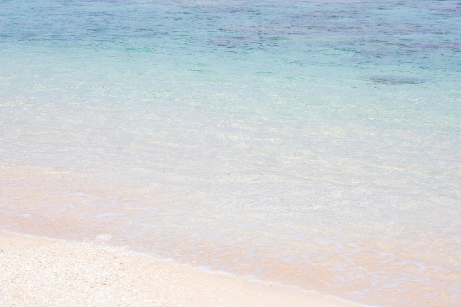「透き通る海と波打ち際透き通る海と波打ち際」のフリー写真素材を拡大