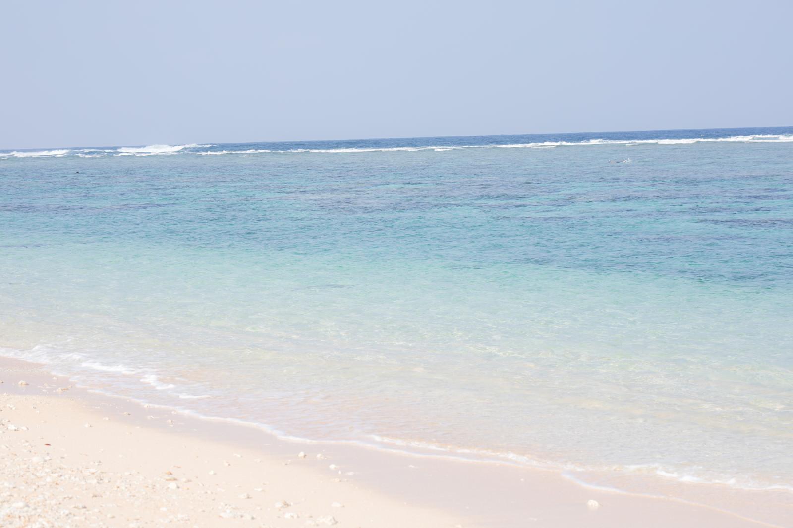 「白い砂浜と宮古島の海白い砂浜と宮古島の海」のフリー写真素材を拡大