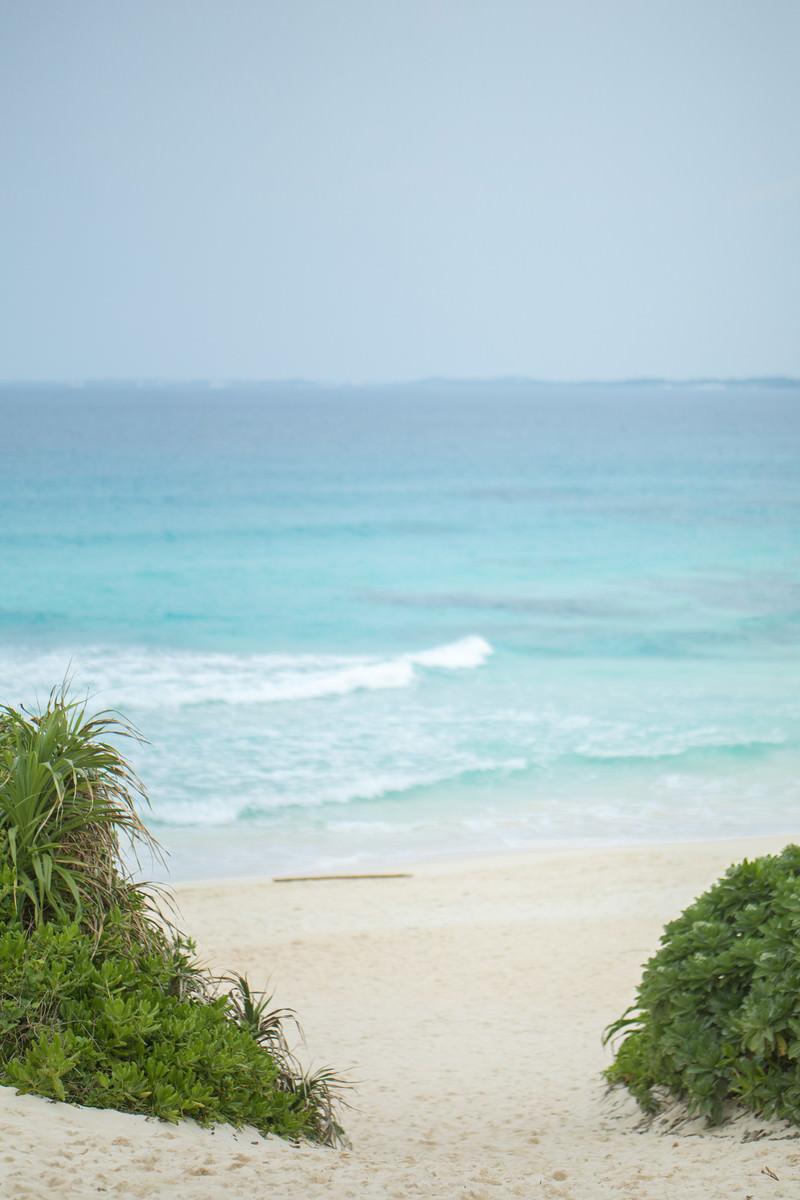 「宮古ブルーと砂山ビーチ上」の写真