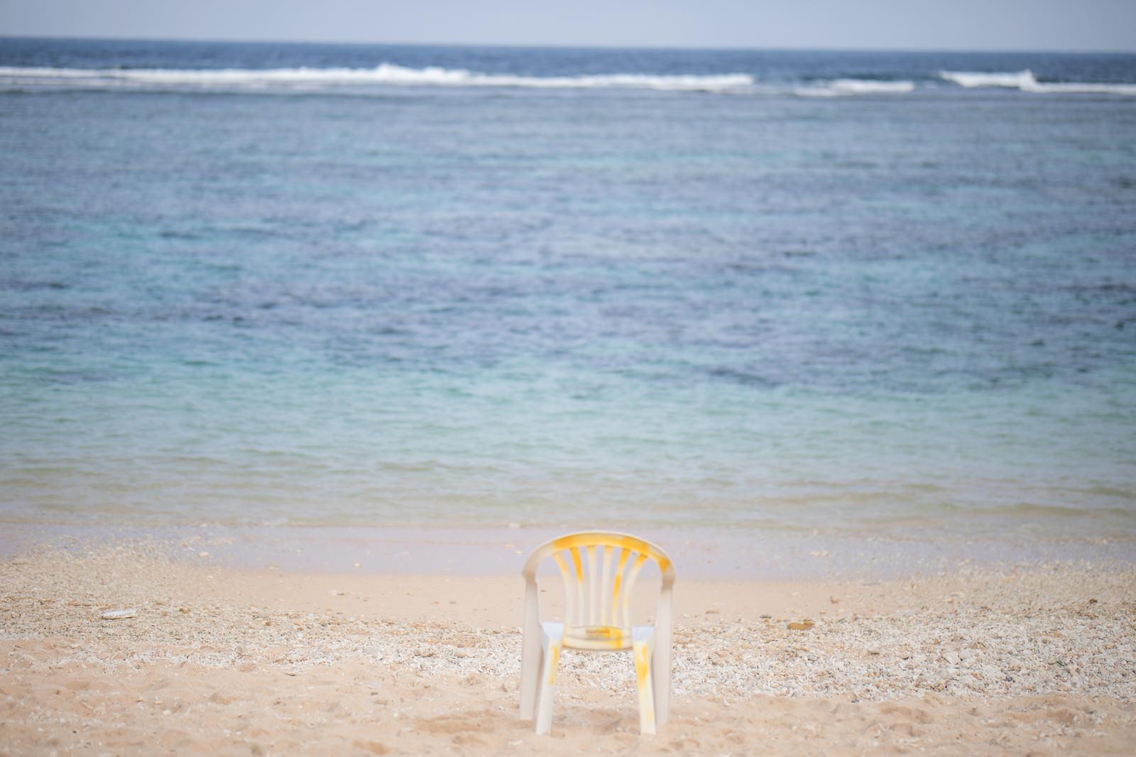 「宮古島の海と砂浜に置かれた椅子 | 写真の無料素材・フリー素材 - ぱくたそ」の写真