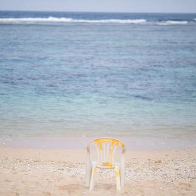 宮古島の海と砂浜に置かれた椅子の写真