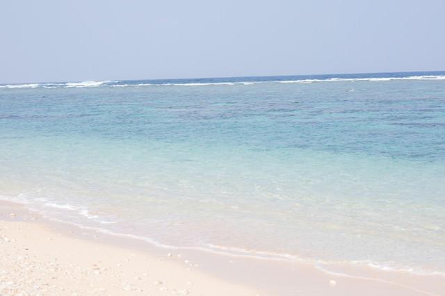 白い砂浜と宮古島の海の写真