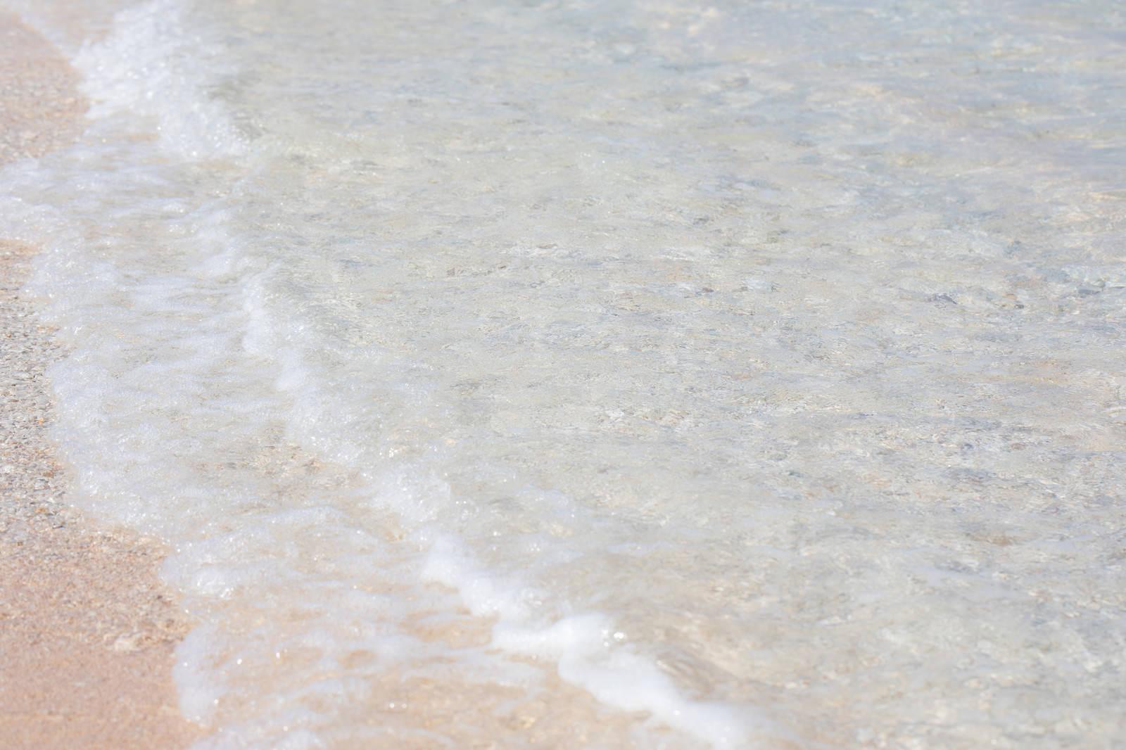 「透き通る海と波(波打ち際)」の写真