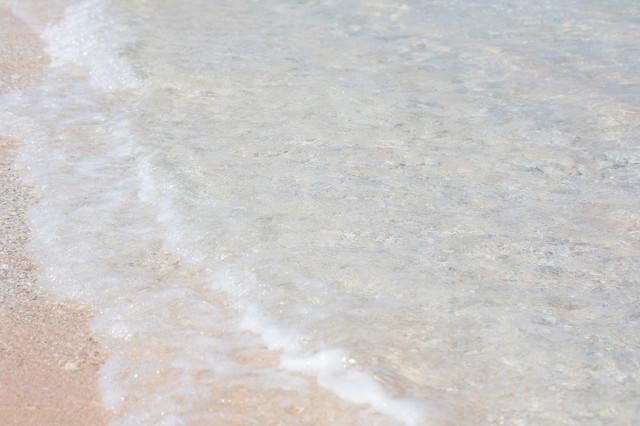透き通る海と波(波打ち際)の写真