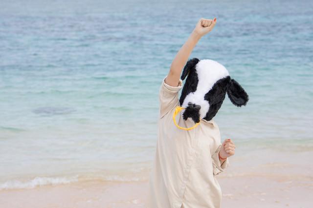 宮古島の透き通る海を見てテンションがあがる牛人間の写真