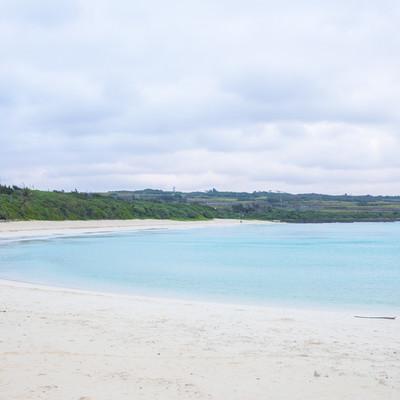 宮古島の白い砂浜(天気は曇り)の写真