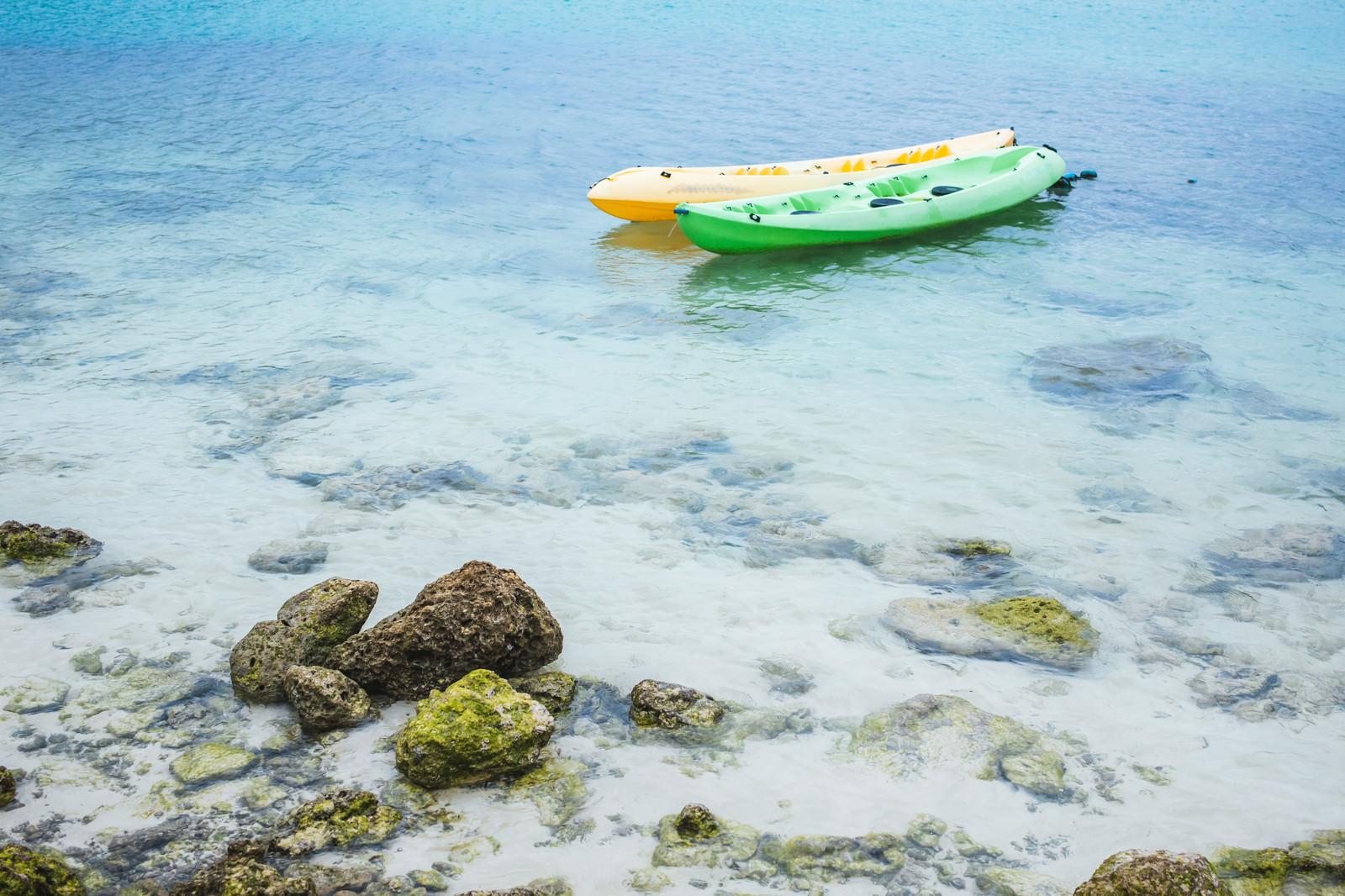 「浅瀬に浮かぶボート」の写真