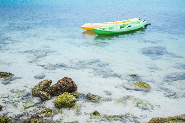 浅瀬に浮かぶボートの写真