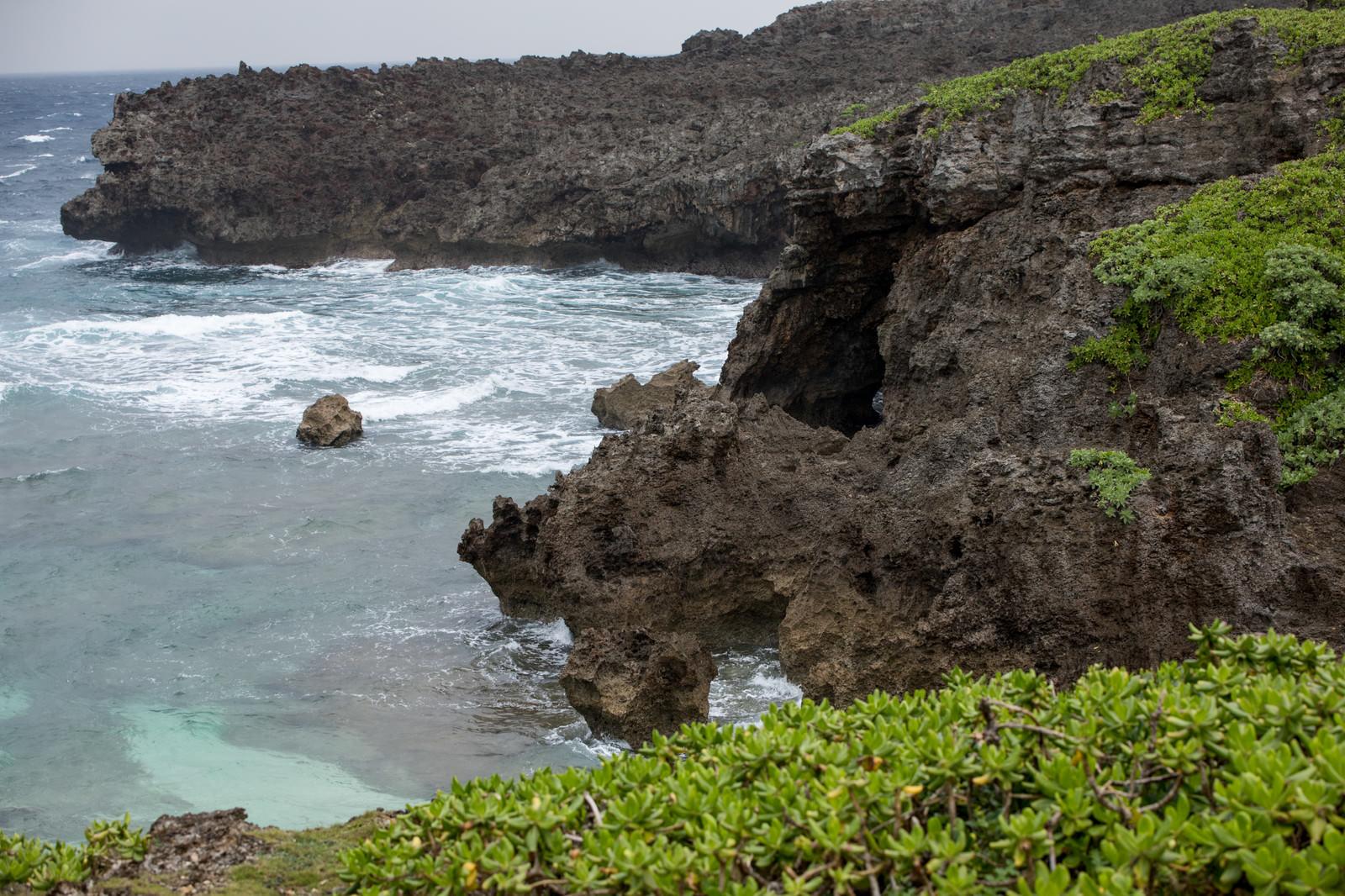 「岩場が多い宮古島の海」の写真