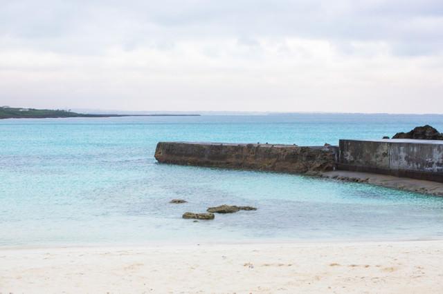 防波堤と宮古島の海の写真