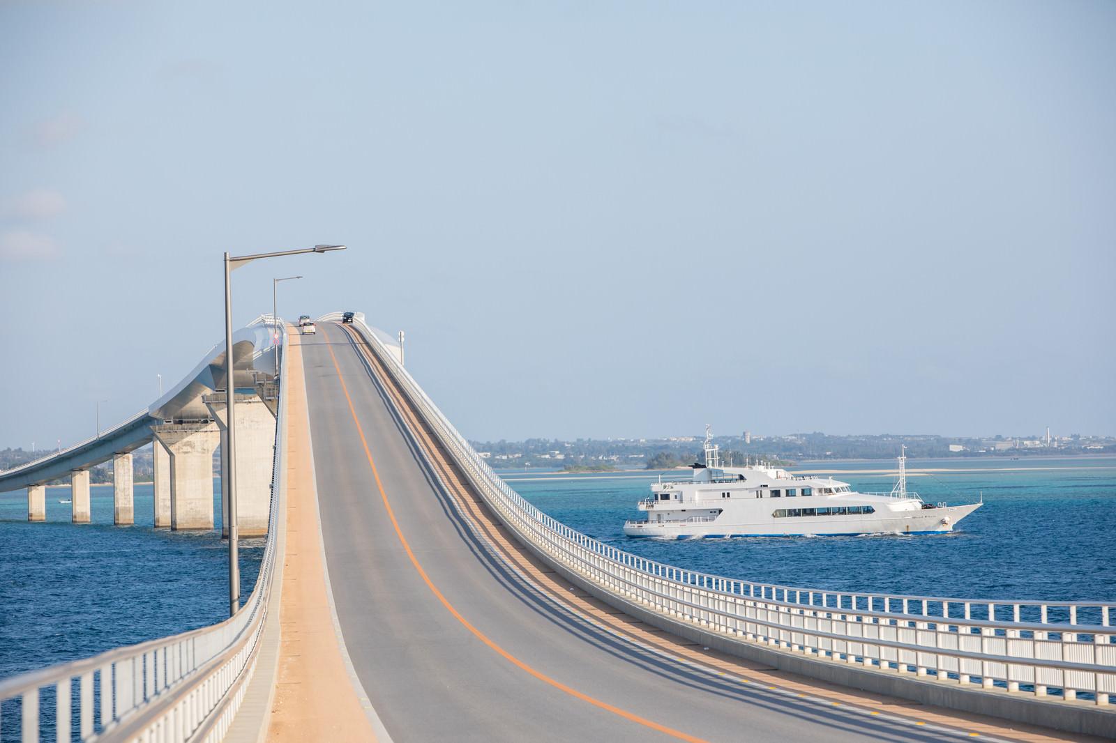 「宮古島の伊良部大橋とフェリー」の写真