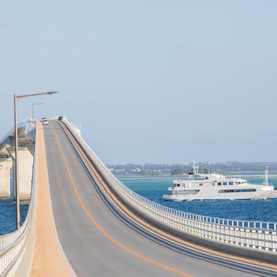 宮古島の伊良部大橋とフェリーの写真