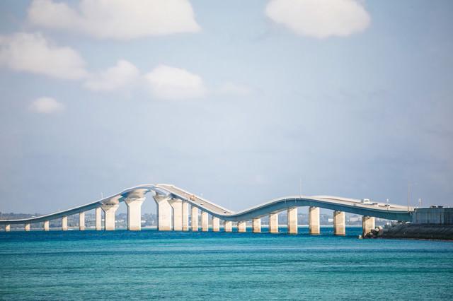 緩やかに湾曲する伊良部大橋の写真