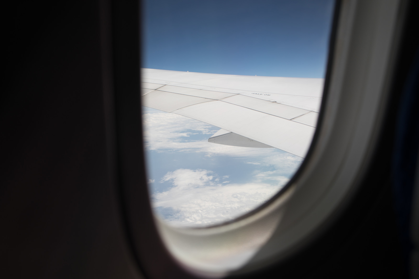 「飛行機の窓から見える空の景色」の写真