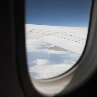 飛行機の窓から見える空の景色の写真