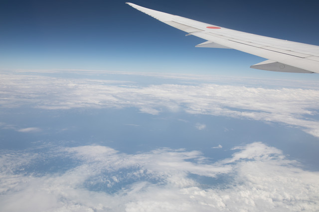 旅客機の翼と上空から見える景色の写真