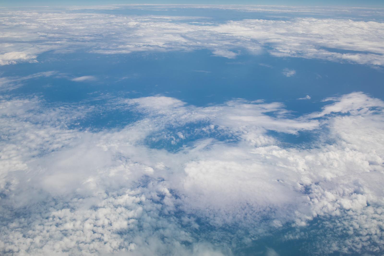 「上空から見下ろす青い海と空」の写真