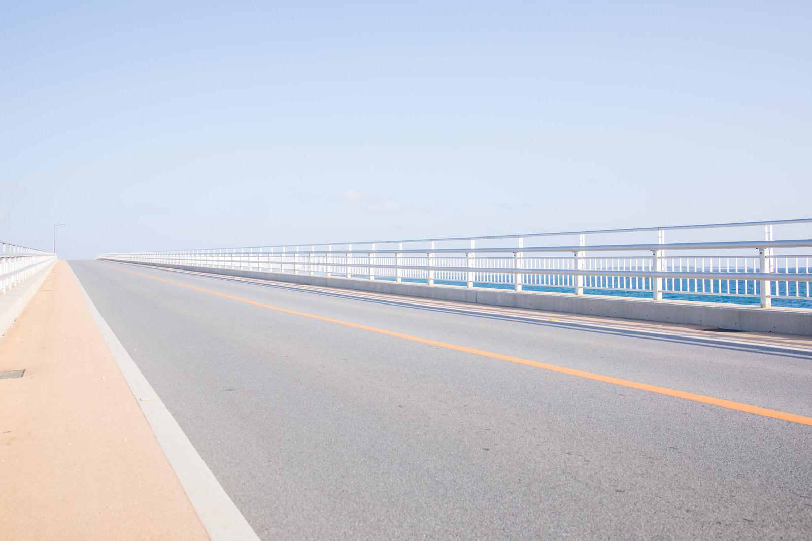 「どこまでも続く伊良部大橋の道路」の写真