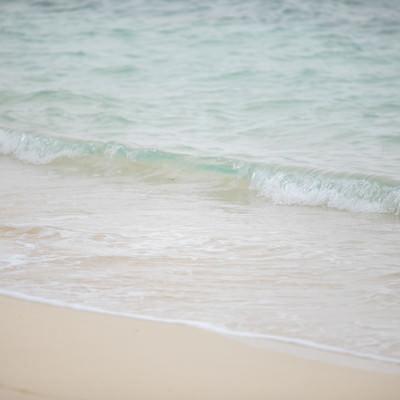 綺麗な海と波打ち際の写真