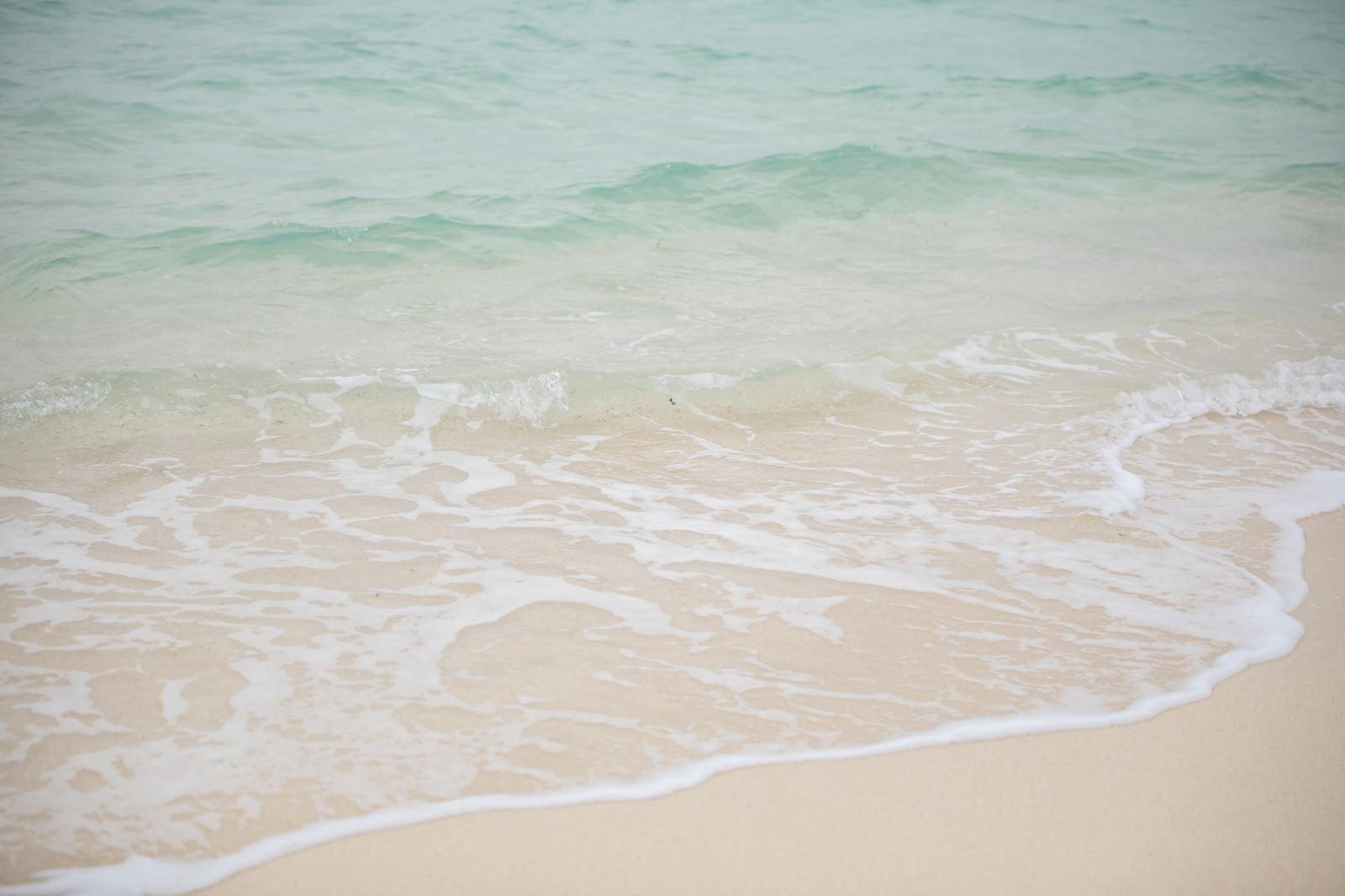 「宮古島の美しい海(波打ち際)」の写真