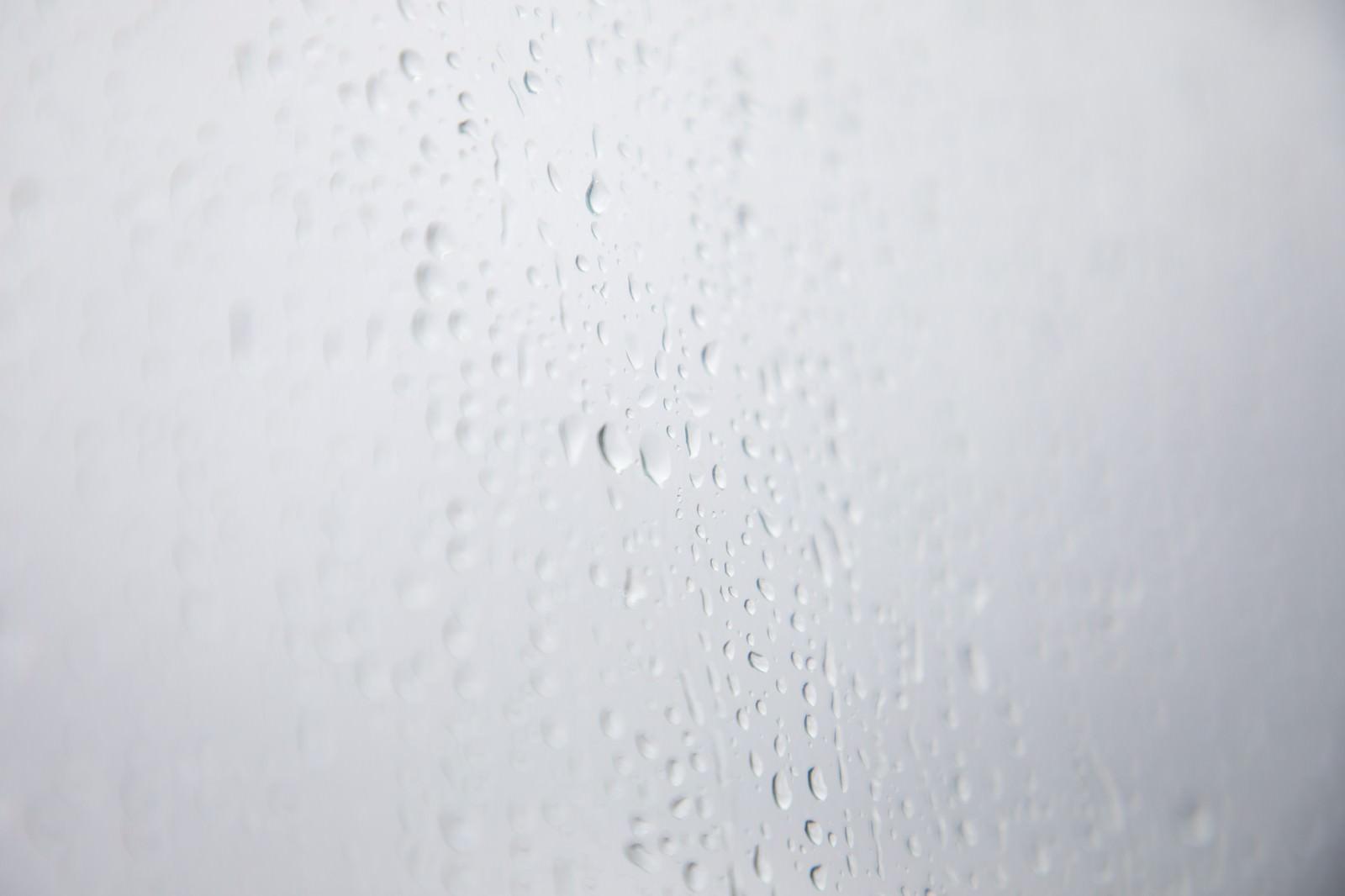 「雨の日の窓雨の日の窓」のフリー写真素材を拡大
