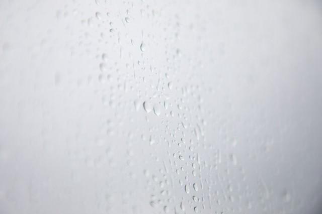 雨の日の窓の写真