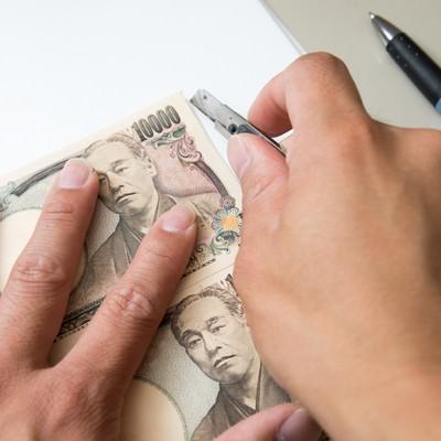 「1万円札と同じ大きさにカットする」の写真素材